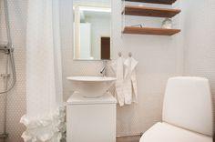 gullig mosaik och fint med lilla stringhyllan på liten toalett.
