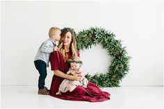 50 Christmas Photo Ideas for 2019 Family photo ideas Family Christmas Pictures, Holiday Pictures, Christmas Photos, Family Photos, Xmas Family Photo Ideas, Christmas Trends, Family Posing, Family Portraits, Christmas Mini Sessions