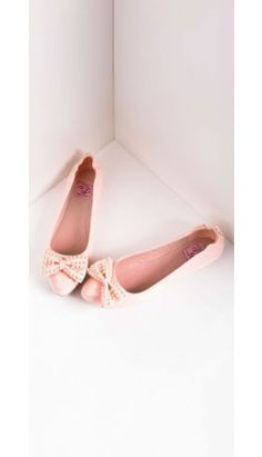 Charming called, dames - they'd like their flats back. Perfectly flirty in a sheeny baby pink patent leatherette, cast in a foldable ballet flat design, this darling duo features a closed toe, dainty bow on the vamp and cushion insole. Retro Shoes, Vintage Shoes, Retro Vintage, Unique Vintage, Vintage Style, Art Teacher Outfits, Retro Fashion, Vintage Fashion, Foldable Ballet Flats