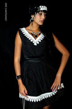 robe en taffetas noir à pois blanc garnie de guipure.