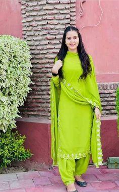 Punjabi Suit Simple, Simple Indian Suits, Indian Fashion Dresses, Indian Designer Outfits, Stylish Dress Designs, Stylish Dresses, Embroidery Suits Design, Embroidery Designs, Punjabi Suits Party Wear