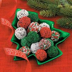 Easy to make holiday chocolate truffles: Chocolate chips, sweetened condensed milk and holiday sprinkles, gifts of love from your kitchen - Trufas de Christmas Truffles, Christmas Sweets, Christmas Cooking, Christmas Candy, Christmas Chocolates, Holiday Candy, Christmas Decor, Xmas, Christmas Tree