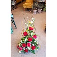 Ett sista farväl 💓🍃 #rötterblommorochblad #kristinehamn #floribilden #flower #flowers #flowershop #carlssonsinspirerar #penningsblommor #blommor #snittblommor #begravningsdekoration #binderi #begravningsblommor #floristik #sorgbinderi #funeraldecoration #flowerarrangement #ensistahälsning #ettsistafarväl #blomsterbutik #blomsterhandel Floral Wreath, Wreaths, Plants, Instagram, Home Decor, Floral Crown, Decoration Home, Door Wreaths, Room Decor