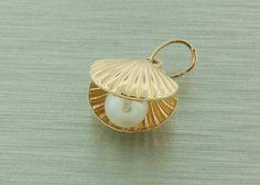 Zlatý dámsky prívesok je vyrobený zo 14 karátového žltého zlata.