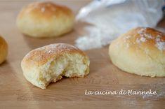 Oggi ho preparato dei panini morbidi al latte e patate, panini che mi ricordano tanto quelli che mangiavo da piccola in Olanda!
