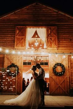 Barn Wedding Photos, Rustic Wedding Venues, Wedding Barns, Wedding Places, Barn Wedding Lighting, Rustic Wedding Photography, Horse Wedding, Wedding Things, Wedding Pictures