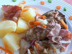 Zkuste recept na smaženého amura se slaninou a kořenovou zeleninou.