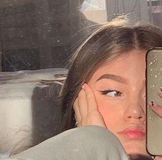 Girl Photo Poses, Girl Photos, Photo Adolescent, Cute Selfie Ideas, Shotting Photo, Photographie Portrait Inspiration, Instagram Pose, Cute Poses, Selfie Poses