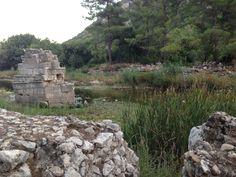 Erst vor etwa 25 Jahren  hat man begonnen, einen Teil der Ruinen freizulegen und zu sichern. So sind erst wenige Wege durch das Gestrüpp gebahnt worden und wie oben erwähnt, einige Hinweistafeln aufgestellt worden.