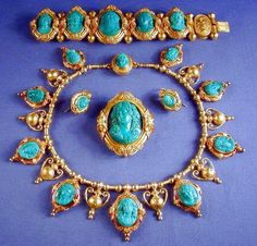 antique italian gold and malachite suite from 1830 Cameo Jewelry, Jewelry Sets, Fine Jewelry, Jewelry Necklaces, Bracelets, Victorian Jewelry, Antique Jewelry, Vintage Jewelry, Turquoise Jewelry