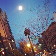 Beautiful #fullmoon over #Baltimore . Great #trip. Last dinner before going back home to #Paris. #neverstopexploring #travelusa #travelnoire #travel #charmcity #mountvernon  #traveltheworld #exploretheglobe #lgbttravel #instatravel #architecture #lastnight #pleinelune #maryland #instagay #baltimorecity #streetphotography #travelling #familytime #realestlivingbeco