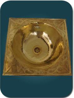 Vasque marocaine pour lavabo en cuivre jaune, avec plage gravée. Moroccan washbasin. Lavabo marroquí. 38 x 38 cm, 185 €
