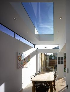 IDEA: Luz por medio ventanas extra interior Another flat roof extension with roof light and high level/clerestory windows (image elsewhere of how these look from the outside. House Design, House, Home, Flat Roof Extension, New Homes, Ceiling Design, House Interior, Roof Light, Roof Design