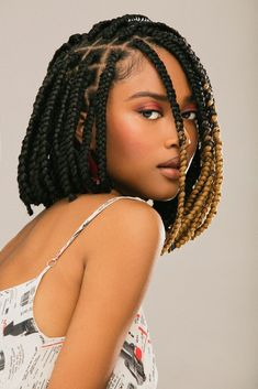 How to style the box braids? Tucked in a low or high ponytail, in a tight or blurry bun, or in a semi-tail, the box braids can be styled in many different ways. To go to work, we can wear… Continue Reading → Short Box Braids Hairstyles, African Braids Hairstyles, Braids For Short Hair, Protective Hairstyles, Protective Styles, Easy Hairstyles, Black Box Braids, Colored Box Braids, Natural Braided Hairstyles