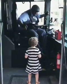 Before getting off the bus this little girl told the bus driver that Shake It Off was her favorite song he stopped everything he was doing turned up the song and jammed out with her! Cute Funny Babies, Funny Cute, Cute Kids, Hilarious, Memes Humor, Funny Memes, Cat Memes, Funny Shit, Cute Baby Videos