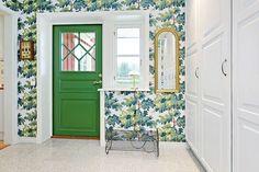 Hall i Alvik. (Förslag). Bredare, grön dörr med fönster. Sittplats närmast och sedan garderober.
