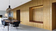 Eikefiner på vegg kombinert med grått gulv og hvitt tak. Legg merke til belysningen.