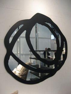 Miroir original avec un cadre noir