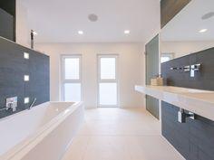 Der helle Boden unterstreicht das einladende Ambiente des lichtdurchfluteten Badezimmers – jonastone