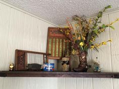 Washboards, mason jars, cowboy boot, flowers and peacock feathers: great for spring and summer decoration.
