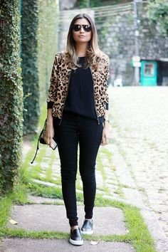 Look final de semana calça legging preta 10 stylish looks using black leggings. Learn how legging pants can be a stylish item … Animal Print Outfits, Animal Print Fashion, Fashion Prints, Animal Print Style, Fall Outfits, Casual Outfits, Fashion Outfits, Womens Fashion, Bomber Jacket Outfit