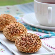 """""""Nefis bir milföy poğaca ile hayırlı sabahlar ☺️ Milföy hamurunu hafif yumuşaması için dışarıda bekletiyoruz.Ardından 2 dilim milföyü 3 eşit parçaya…"""" Recipe Mix, Bread And Pastries, Breakfast Items, Turkish Recipes, Soup And Salad, No Bake Cake, Food To Make, Cake Recipes, Food And Drink"""