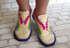 H kelanleitung Sneaker Gr Easy Crochet Slippers, Crochet Socks, Diy Crochet, Crochet Shoes Pattern, Easter Crochet Patterns, Crochet Baby Cocoon, Newborn Crochet, Rainbow Sneakers, Crochet For Beginners Blanket