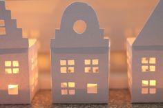 Anleitung: Ganz einfach DIY-Häuser für Teelichter selber basteln! Schön gemütlich für Weihnachten oder auch schon im Herbst. Die Anleitung findet ihr auf meinem Blog!