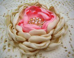 Artículos similares a broche de la flor de tela - hecho a pedido - ramillete de flores en shantung bosque verde - MAYA en Etsy