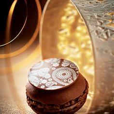Lenôtre - Macaron Chocolat à la Compotée de Poire   http://www.lenotre.com/