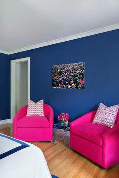 dormitorio para adolescentes con paredes en azul oscuro
