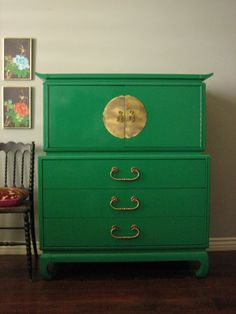 European Paint Finishes: Hollywood Regency mid-century modern emerald green high… European Paint Finishes: Hollywood Regency mid-century modern emerald green high gloss lacquered dresser with oversized brass Asian hardware. Green Painted Furniture, Lacquer Furniture, Paint Furniture, Repurposed Furniture, Furniture Makeover, Target Furniture, Furniture Refinishing, Green Dresser, Dresser As Nightstand