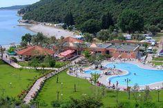 Camping Oliva in Rabac, Kroatië, ligt in een oude olijfboomgaard. Het kampeerterrein maakt deel uit van een groter complex met onder andere een hotel.