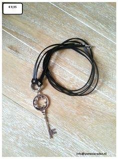 Ketting Keycord.  Zwarte lange suède veter met een oud zilverkleurige grote sleutel er aan.