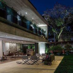 Fotos dessa residência incrível em SP. Projeto de Arquitetura de RMAA e Interiores por RAP Arquitetura. Linda visão da área externa. Móveis da Dedon e iluminação de Foco LD. #arqdesign #anaveirano #archilovers #architecture #raparquitetura #arquiteturadeinteriores #brazilianstyle #braziliandesign #contemporary #design #decoracion #decoration #getinspired #homedecor #homeideas #homeinsta #homedesign #instahome #instadetalhes #interiordesign  #style #luxo #casasp #dedon #focold…