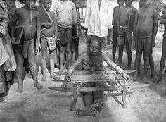Een Tanimbarvrouw demonstreert de werking van een weefgetouw (1910).