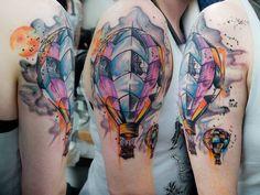 Essa tatuagem é a cara da Enfim! Os desenhos de balão passam a mensagem de coragem, de que é preciso ir atrás dos seus sonhos e alçar voos altos. Demais! #tattoos #balloon #dream