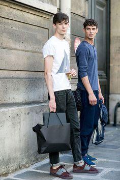 2015-08-28のファッションスナップ。着用アイテム・キーワードはスニーカー, デニム, 白Tシャツ, 黒パンツ, Tシャツ,valentinoetc. 理想の着こなし・コーディネートがきっとここに。  No:122660