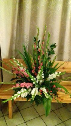 Church Flower Arrangements, Floral Arrangements, Altar, Gardening, Table Decorations, Crafts, Home Decor, Small Flower Arrangements, Creative Flower Arrangements