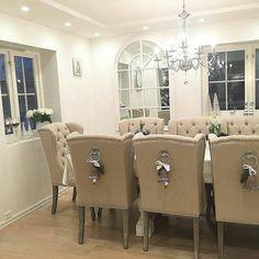 Nydelig hos #Repost @interior_juliana   It's the most wonderful time of the year   #Louisvingestolsand #dubaispisebord #provencespeil fra @classicliving  _________________________________  #classicliving #interiorforyou #spisestue #spisestuestoler #mitthjem#skandinaviskehjem#myhome#livingroom#inspo#inspohome#interiordesign#interior#interior123#interior125#shabbyyhomes#interior9508#vakrehjemoginteriør#vakrehjem#nordiskehjem#homedecor#homestyle#homestyling#