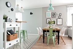 No te puedes quedar sin visitar conmigo este genial apartamento en el que el negro y el verde mint hacen de las suyas para crear un precioso lugar