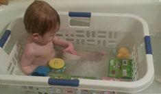 Sobald dein Kind alt genug ist, um in der Erwachsenenbadewanne zu sitzen, ist das einfach der genialste Trick!