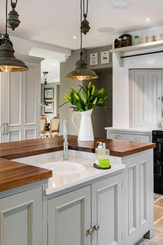 From reclaimed wood to antiques, there are countless ways to amp up your kitchen's country style. Obtain our best ideas for creating a sophisticated, rustic, vintage, modern and small farmhouse kitchen decor. Modern Farmhouse Interiors, Modern Farmhouse Kitchens, Kitchen Modern, Home Decor Kitchen, Kitchen Dining, Kitchen Ideas, Kitchen Sink, Kitchen Interior, Kitchen Cabinets
