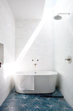 Små badrum kräver små badkar. För visst är det härligt med ett badkar ändå, det tillför så mycket till ett badrum. Här är lite inspiration till dig med ett litet badrum men som ändå drömmer om plats för ett badkar.