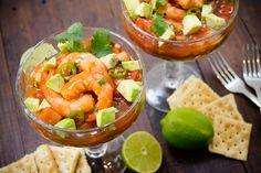 Este cóctel de camarón es doblemente rico pues tiene el clásico picor del chile verde más el toque picosito de la salsa botanera. Disfruta de este manjar el fin de semana.