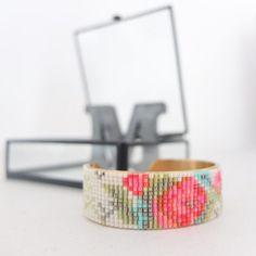 Pour fêter les beaux jours, le bracelet fleuri est parfait! La grille téléchargeable vous expliquera pas à pas comment réaliser une manchette tissée ainsi que tous les liens vers le matériel nécessaire. Vous bénéficierez également d'un code de réduction valable sur le site de Perles&co pour l'achat des fournitures. Bon tissage!