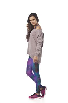 MOLETOM RAINHA YASMIN - moletom com modelagem fluída, barras largas, gola ampla com acabamento em debrum e comprimento maior nas costas / TOP RAINHA STERN - top básico nadador com estampa digital muticolorida / LEGGING RAINHA DIGITAL STERN - legging básica com estampa digital multicolorida