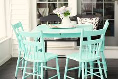 love this aqua table set, how fresh and fun! Can be found @ hometowngirl.typepad.com