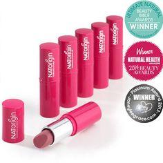 NATORIGIN Lipstick  - batom cremoso 100% natural orgânico, iideal para pessoas com lábios sensíveis pois não causa alergia. Contém cera de carnaúba, abelha e manteiga de karité, além de óleo de jojoba e marula. Disponível em 6 cores. Vende online, WholeFoods e farmácias dos UK, e Irlanda. Preço Médio: £16. #cosmeticdetox #batom #lipstick #makeup #maquillage #trucco #hypoallergenic #rossetto #natural #natorigin