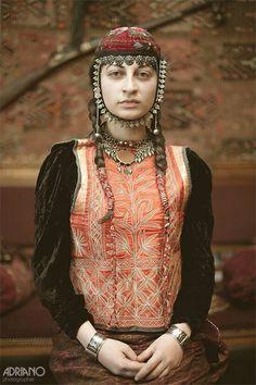 Jeune femme d'Arménie en tenue traditionnelle. #bellephoto #bellepersonne